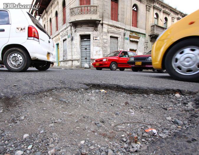 Uno de los huecos de Cali está ubicado en la Carrera 9 con Calle 9. - Foto: Álvaro Pío Fernández / El País