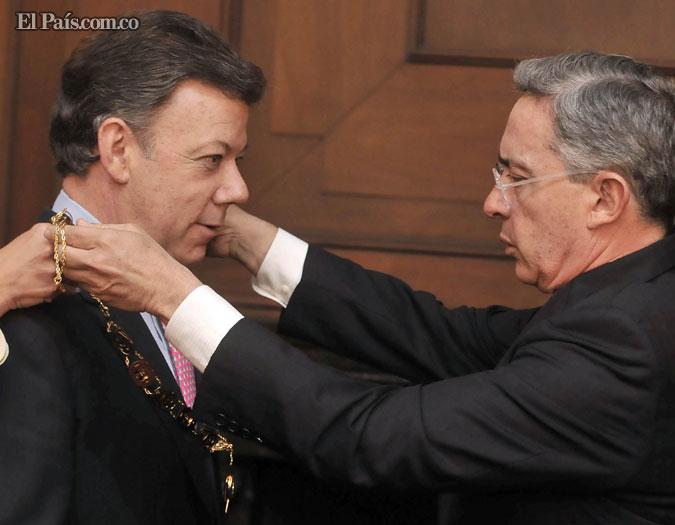 El presidente Álvaro Uribe condecoró con las máximas distinciones del Estado al mandatario electo, Juan Manuel Santos. - El País   Colprensa