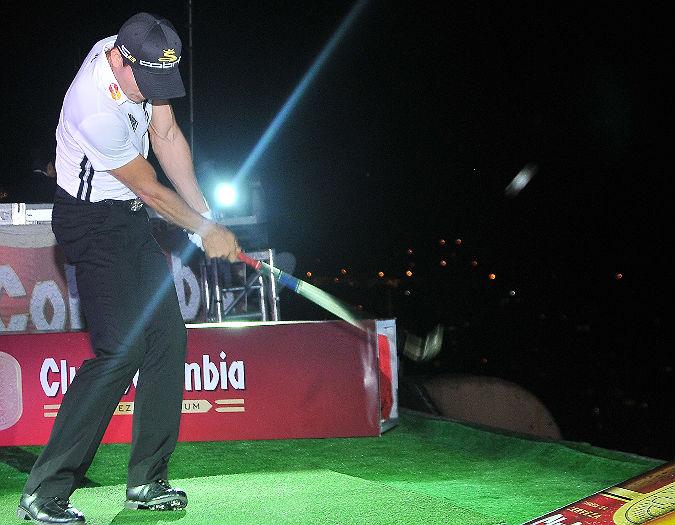 El golfista colombiano Camilo Villegas no logró la hazaña del hoyo imposible en Bogotá, pero compartió con sus seguidores. - Colprensa / El País