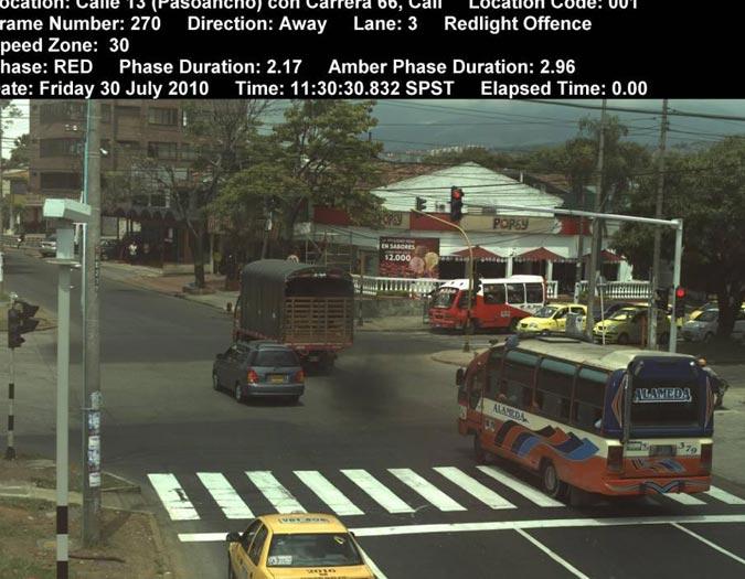 Sobre la Intersección de la Calle 13 con Carrera 66, el dispositivo de 'foto Multa' (Arriba a la izquierda) graba durante 24 horas a los vehículos que transitan por esta vía. - Elpais.com.co