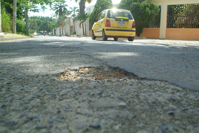 Calles rotas preocupan a residentes del barrio ciudad for Barrio ciudad jardin cali