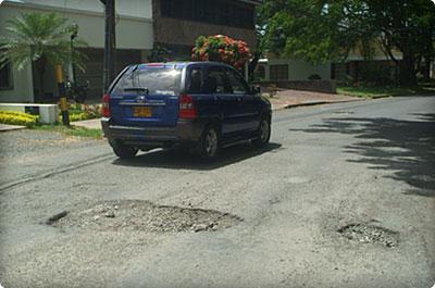 Calles rotas preocupan a residentes del barrio ciudad for Barrio el jardin cali colombia