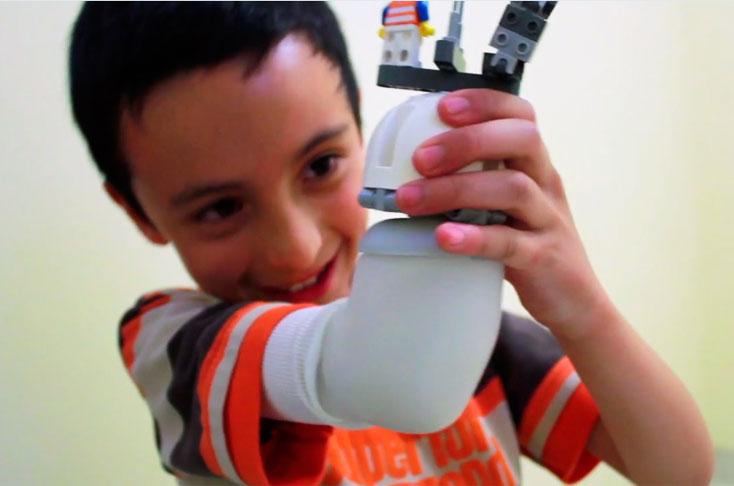 Colombiano gana premio de innovación con prótesis de brazo hecha con lego