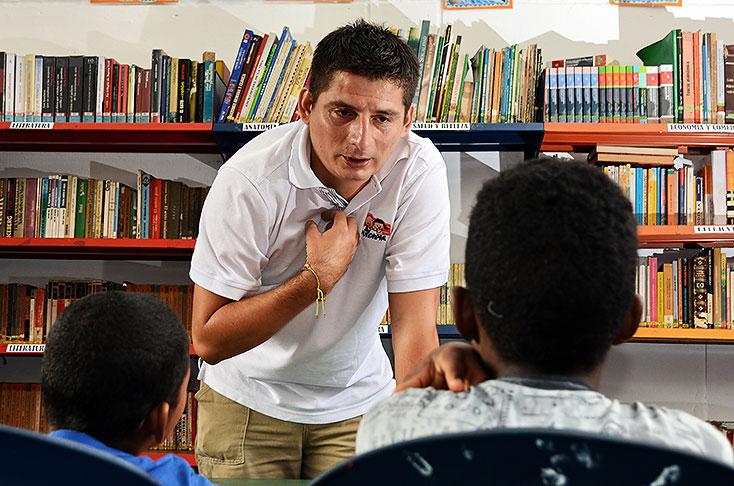Como a un padre, así quieren los 51 muchachos que viven en la Fundación para el Desarrollo de la Educación, a Julián Becerra. Historia de un amor infalible.