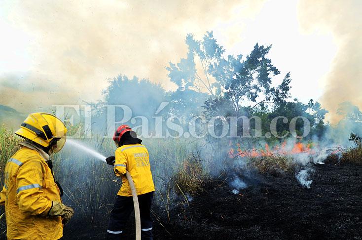 Controlan incendio en lote de Ciudad Bochalema, sur de Cali - El Pais - Cali Colombia