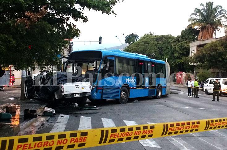 Doce lesionados dejó accidente entre MÍO y camioneta que ... - El Pais -  Cali Colombia dceb3e1b9a2