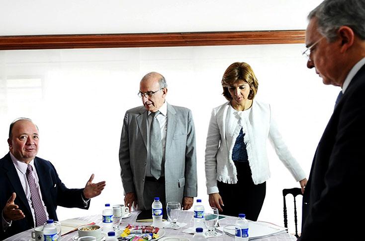 Uribe celebra prorroga del cese del fuego con las Farc