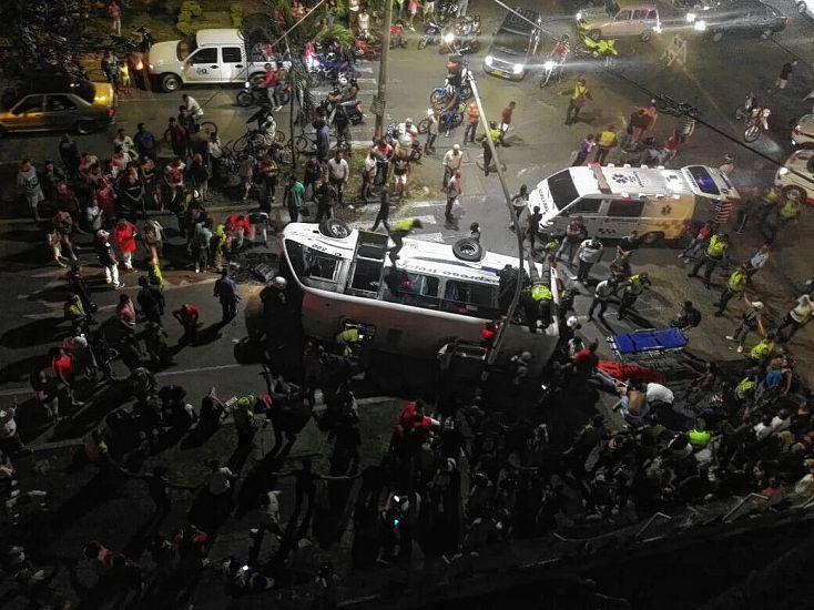 17 personas lesionadas deja volcamiento de un bus — Palmira