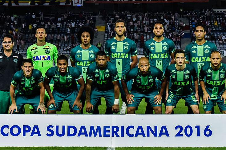 Aficionados le rinden homenaje al Chapecoense en su estadio