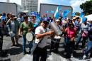Miles de guatemaltecos piden la salida del presidente por corrupción