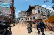 En vídeo: sobrevivientes al terremoto en Katmandú abandonan la ciudad