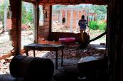 En fotos: colombianos caminan entre los escombros de sus propias casas derribadas