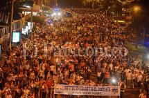 Docentes de Cali realizaron marcha con antorchas para apoyar paro del gremio