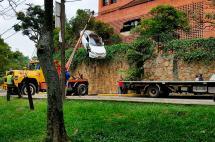 Carro que atravesó muro de parqueadero fue retirado con grúa en el norte de Cali