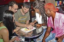 Caleños y turistas se reúnen en dos discotecas para aprender idiomas