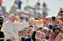Polémica por carta del papa con bendición a autora de libros sobre parejas gays