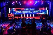 Hillary Clinton, cara a cara con Sanders en primer debate de primarias demócratas