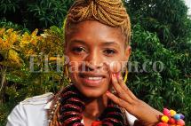 Ella es Neila, una joven afro que diseña collares y pulseras con semillas del Pacífico