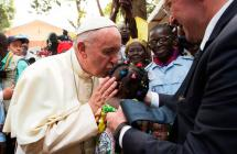 Papa Francisco culminó gira africana y ya viajó hacia Roma