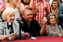 Histórico reencuentro de madre e hijo, 38 años separados por la dictadura argentina