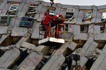 Carrera contrarreloj para salvar a 120 personas enterradas tras sismo en Taiwán