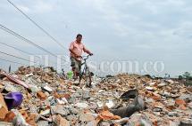 En imágenes: seis montañas de escombros crecen ilegalmente en el oriente de Cali