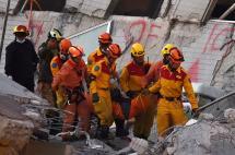 En video: rescatan cuatro personas entre los escombros de sismo en Taiwán