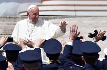 El Papa Francisco pide a militares y policías ser