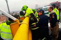 En video: Policía evita intento de suicidio desde puente en Bogotá
