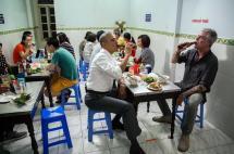 Obama reemplazó su cena oficial en Vietnam por una sopa de seis dólares