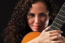 Con sus clases de guitarra, esta cubana 'conquista' el corazón de jóvenes caleños