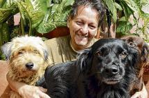 Este locutor caleño se convirtió en un protector de perros callejeros