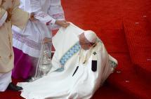 El papa Francisco sufrió una caída durante misa en santuario de Polonia
