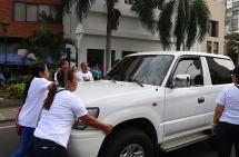 Conductor casi atropella a mamás de niños con cáncer durante protesta