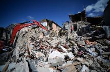 En video: el rescate contrarreloj de los sobrevivientes al sismo en Italia