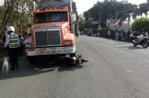 Un muerto deja accidente de tractomula con una moto en la antigua vía Cali – Yumbo