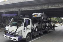 Camión se quedó atorado en puente contiguo al Club Colombia