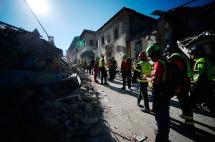 Video: en medio de replicas, continúan labores de rescate tras terremoto en Italia