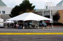 Buscan a sospechoso de tiroteo en centro comercial que dejó 5 muertos en Washington