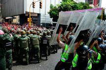 Chavistas se enfrentan con militares venezolanos fuera del Parlamento
