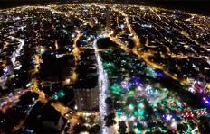 Cali desde el aire: la magia del alumbrado en la Plazoleta Jairo Varela