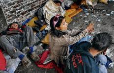 Basuco, un negocio millonario sostenido por los indigentes en la galería de Santa Elena