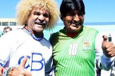 Evo Morales y 'El Pibe' Valderrama inauguran cancha de fútbol y disputan partido