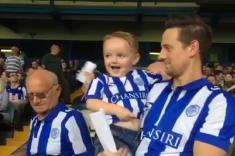 Emotiva reacción de un niño al entrar por primera vez a un estadio en Inglaterra