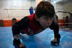 En video: niños practican boxeo para silenciar las bombas en Alepo, Siria.