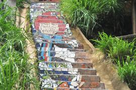 La guacamaya adorna uno de los 136 escalones que fueron intervenidos en la localidad de Brisas de Mayo en Siloé. <br>Fot: Bernardo Peña | El País