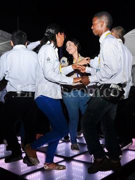 Durante la inauguración, los asistentes bailaron sobre baldosas que transforman el movimiento en energía. Foto: Johan Manuel Morales   El País