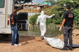 Unidades del Cuerpo Técnico de Investigación, CTI, encontraron el cadáver en aguas del río Cauca. Momento del levantamiento del cuerpo. <br>Fotografía: El País