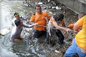 Indigente es rescatado debajo de un puente