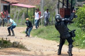 Imágenes: siguen enfrentamientos entre indígenas y Fuerza Pública en el Cauca